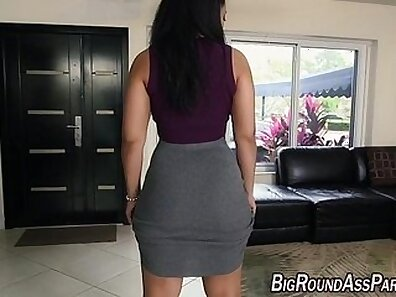 Babe fucking dude with her booty