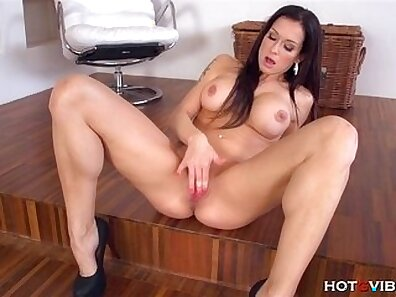 Brave Gorgeous Milf Woman Having Intense Orgasm On The SunOff