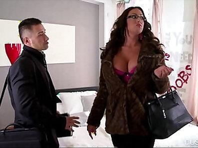 Busty Latina bimbo MenteCommorde shows us her round ass