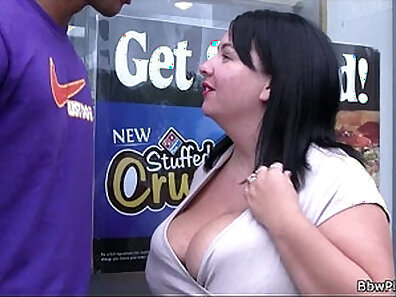 Attractive plumper with great body gives oral interracial
